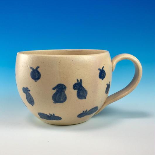 【M172】丸いフォルムの豆うさぎ柄のマグカップ大(呉須手描き・うさぎ印)