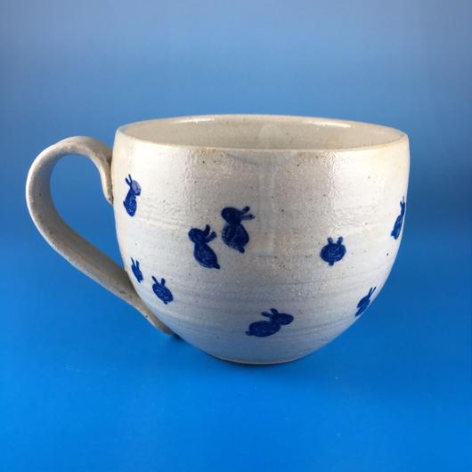 【M014】丸いフォルムの豆うさぎ柄の大マグカップ(呉須手描き・うさぎ印)