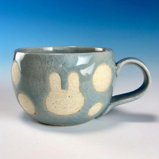 【M151】丸いフォルムのうさぎ水玉模様のマグカップデミ(青白磁・うさぎ印)