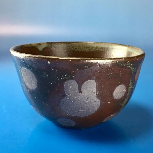 【Y005】赤土灰色のうさぎ水玉模様の湯呑み茶碗(赤茶系)