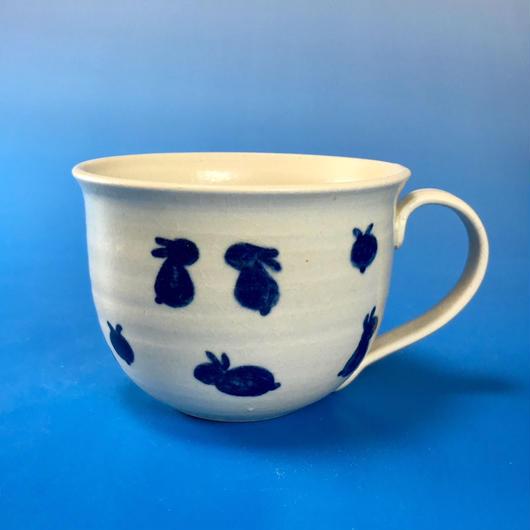 【M054】広口の豆うさぎ柄の大マグカップ(呉須手描き・うさぎ印)