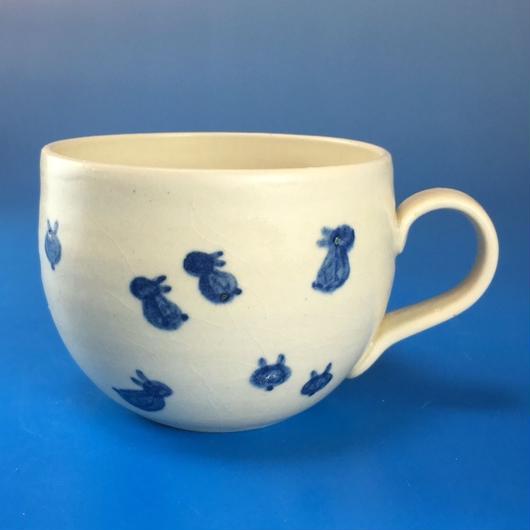 【M036】丸いフォルムの豆うさぎ柄の小マグカップ(呉須手描き・うさぎ印)