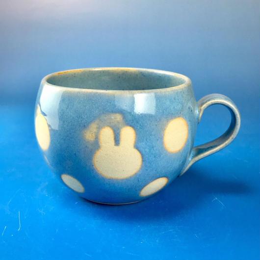 【M084】丸いフォルムのうさぎ水玉模様のマグカップ小(スカイブルー・うさぎ印)