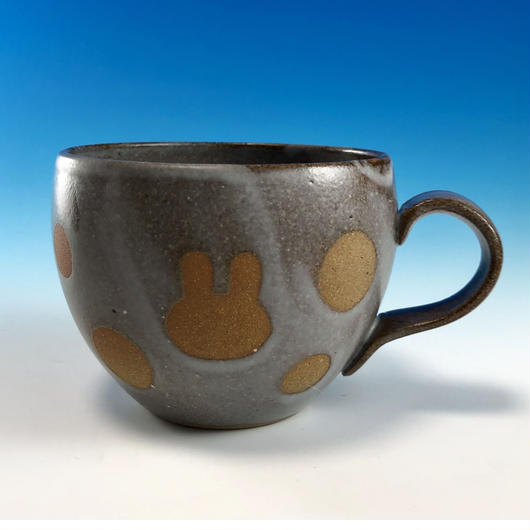【M222】丸いフォルムのうさぎ水玉模様のマグカップ小(灰透明赤土・うさぎ印)