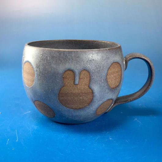 【M089】丸いフォルムのうさぎ水玉模様のマグカップ大(マット小豆色・うさぎ印)
