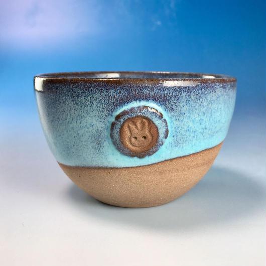 【Y067】ミルキーブルーの湯呑み茶碗(淡水乳濁秞・赤土・うさぎ印)