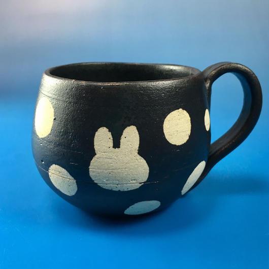 【M019】丸いフォルムのうさぎ水玉模様のマグカップ小(黒マット・うさぎ印)