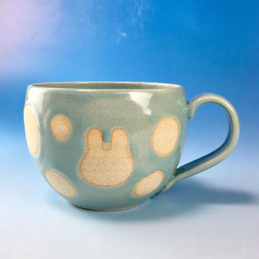 【M119】丸いフォルムのうさぎ水玉模様のマグカップ大(青白磁・うさぎ印)