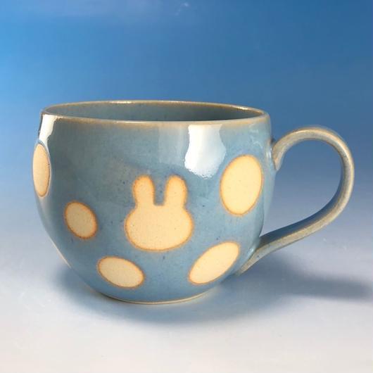 【M150】丸いフォルムのうさぎ水玉模様のマグカップ大(スカイブルー・ロップ柄・うさぎ印)