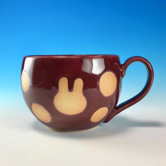 【M199】丸いフォルムのうさぎ水玉模様のマグカップ大(ボルドー・うさぎ印)