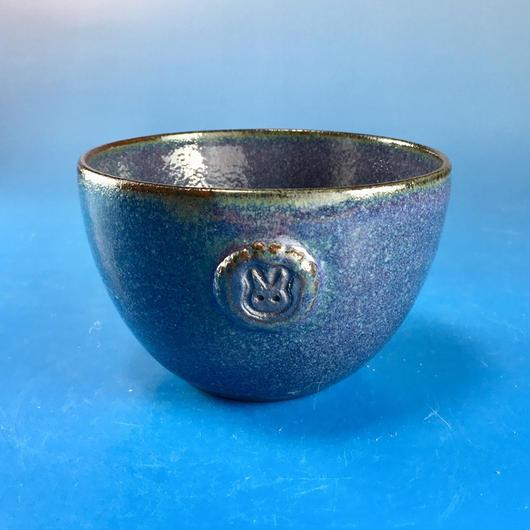 【Y023】青紫色の湯呑み茶碗(うさぎ印)