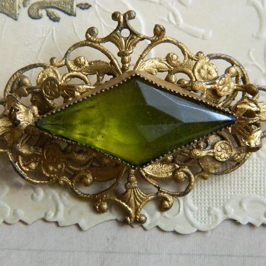 ペリドットガラスのブローチ