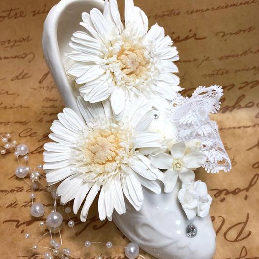 【白いガーベラとお花たちのホワイトシューズアレンジ/プリザーブドフラワー/フラワーケースにリボンラッピング付き】