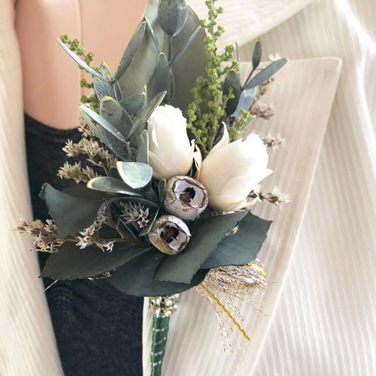 【白い薔薇とグリーンのスタイリッシュな新郎のブートニア/男女兼用のコサージュー】