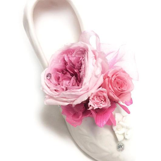 【プリザーブドフラワー/白い陶器のシューズ】大輪の一輪の薔薇とミニ薔薇を添えて【リボンラッピング付き】