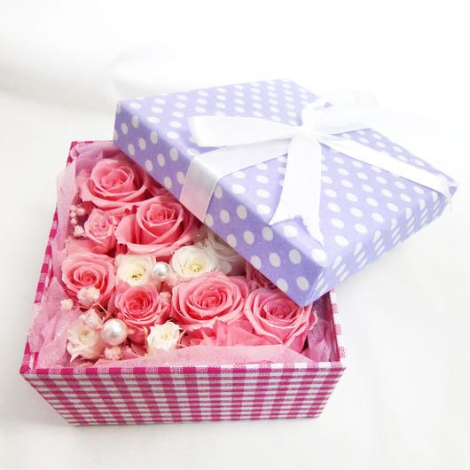 【布張り水玉のパープルボックスにピンクと白の薔薇とパールを添えて/プリザーブドフラワー】