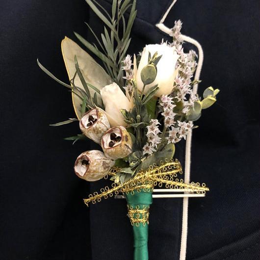 【白い薔薇とグリーンのスタイリッシュな新郎のブートニア/男性のコサージュー】