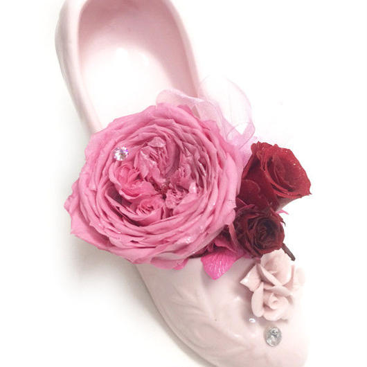 【プリザーブドフラワー/クラシカルな陶器のシューズ】大輪の一輪の薔薇とミニ薔薇を添えて【リボンラッピング付き】