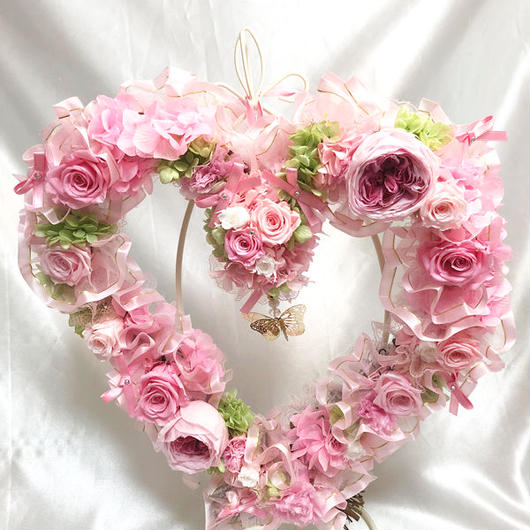 【プリザーブドフラワー/ハートリースアレンジ】ピンク色の薔薇たちがハートのかたちに込めた愛のメッセージ