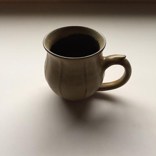 黄土色のマグカップ