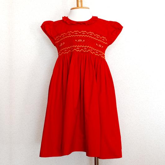 気品のあるクラシカルな赤のスモッキング刺繍ワンピース(100cm)