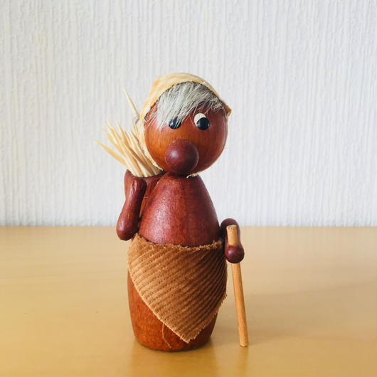 チークの焚き木拾いおばさん/爪楊枝入れ