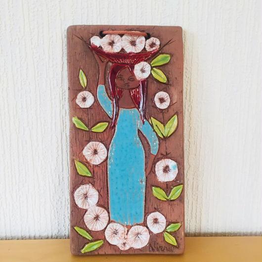 Ninni E/ニンニエ/お花のカゴをのせた女の子の陶板