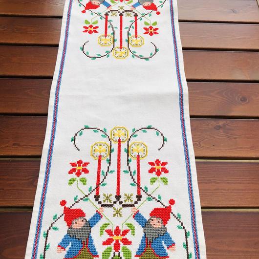 クリスマステーブルクロス/刺繍/ニッセとロウソクとポインセチア