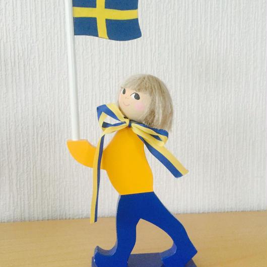 Hemslöjd/手描きの国旗を持った男の子