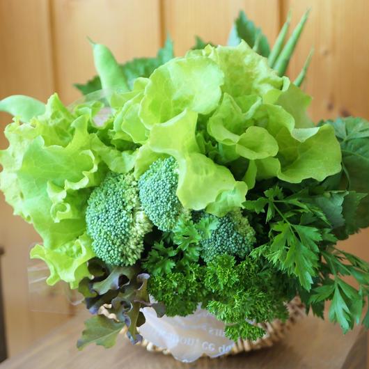 サラダに合うグリーンカラーの野菜ブーケ・ナチュラルバスケット入り・ドレッシング付き(クール便送料無料)