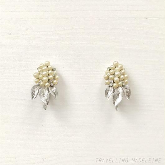 TRIFARI Silver Leaf & Pearl Hyedrangea Clip Earrings シルバーリーフ&パール&ラインストーン アジサイ クリップイヤリング(Su18-144E)