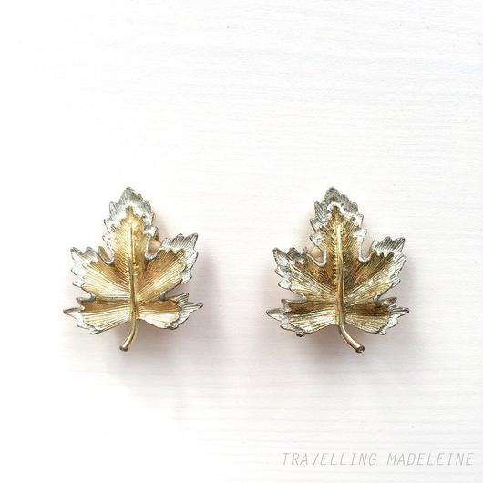 Sarah Coventry ゴールド&シルバー メイプルリーフ クリップイヤリング Gold & Silver Maple Leaf Clip Earrings (Su18-5E)