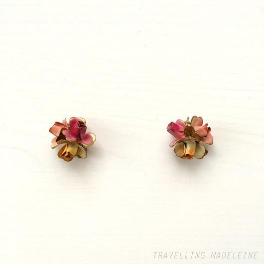 エナメル ピンクローズブーケ クリップイヤリング Enamelled Pink Rose Bouquet Clip Earrings (W18-11E)