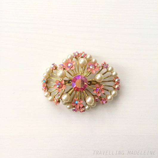 ピンク エナメル小花 & パール ブローチ Pink Enamelled Small Flowers & Pearls Brooch (Su18-126B)