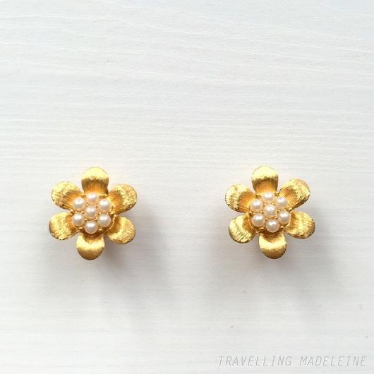 Trifari トリファリ ゴールドフラワー & 小粒パール クリップイヤリング Trifari Gold Flower + Seed Pearl Clip Earrings (Sp18-67E)