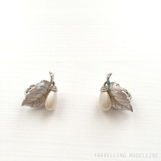 Trifari トリファリ シルバーリーフ & パールドロップ クリップイヤリング Trifari Silver Leaf & Pearl Drop Clip Earrings (Su18-43E)