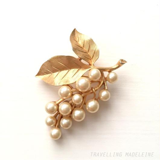 Trifari トリファリ ゴールドリーフ&パールの実 ブローチ Trifari Gold Leaf & Pearl Brooch (W17-160B)