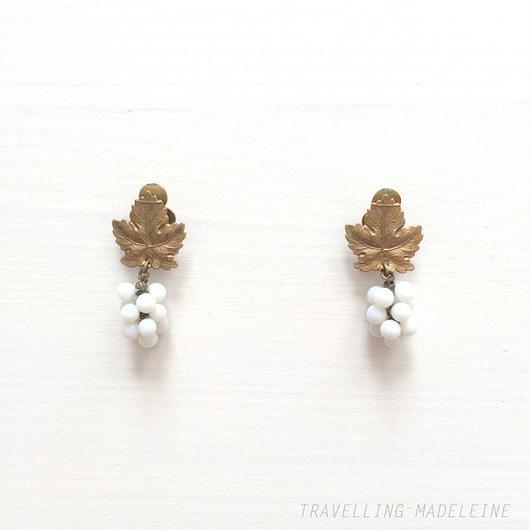 ミルクグラス ぶどう & ゴールドリーフ クリップイヤリング Milk Glass Grapes & Gold Leaf Clip Earrings (Su18-371E)