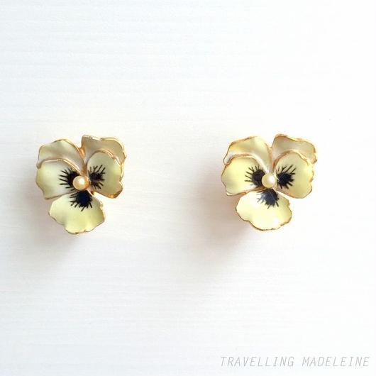 黄色エナメル パンジー クリップイヤリング Yellow Enamel Pansy Seed Pearl Clip Earrings (Su18-104E)