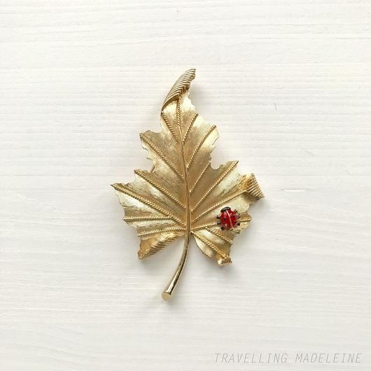 TRIFARI Gold Leaf and Ladybird Brooch ゴールドリーフ & てんとう虫 ブローチ(A18-140B)