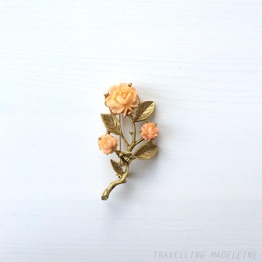 ピンクローズ & ゴールドリーフ & 蜂 ブローチ Pink Rose, Gold Branch & Bee Brooch