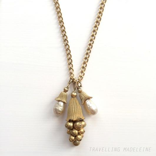 ゴールドぶどう & バロックパールティアドロップ ロングネックレス Gold Grape & Baroque Pearl Teardrop Long Necklace (Su18-16N)