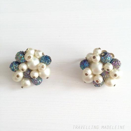 Trifari パール & ブルーオーロラビーズ クリップイヤリング Pearl & Blue Aurora Beads Clip Earrings (A18-10E)