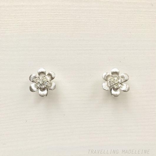 TRIFARI Silver flower with Rhinestone Clip Earrings シルバー & ラインストーン フラワー クリップイヤリング(W18-106E)