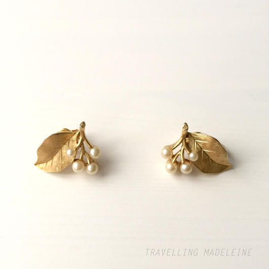 Trifari トリファリ ゴールドリーフ&パールの実 クリップイヤリング Trifari Gold Metal Leaf & Pearl Clip Earrings (W17-161E)