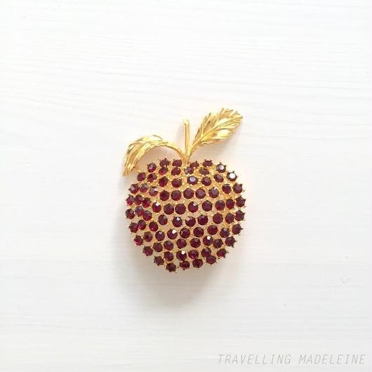 Merola Garnet Glass Apple Brooch ガーネットグラス りんご ブローチ