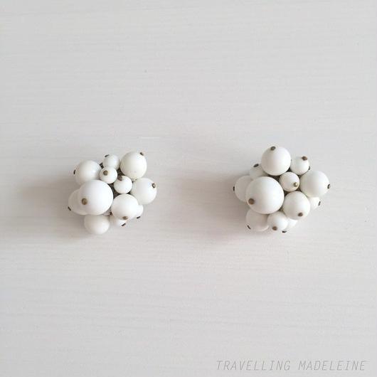 ミルクグラス ボール クリップイヤリング Milk Glass Balls Clip Earrings (A18-49E)