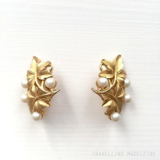 Trifari トリファリ ゴールドメイプルリーフ & パール クリップイヤリング Trifari Gold Maple Leaf & Pearl Clip Earrings (Sp18-65E)