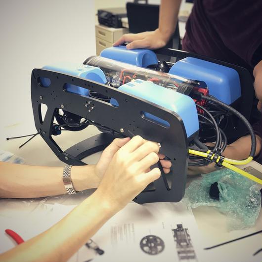 【組み立てキット】BlueROV2 外部ライト4個搭載・100Mテザーケーブル付属モデル スターティングセット(専用充電器付)
