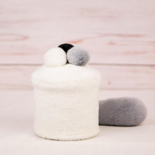 ペット用骨壺カバー / サイズ:3寸 / ベース:白 / ボンボン:白・グレー・黒 / しっぽ:グレー(S100)